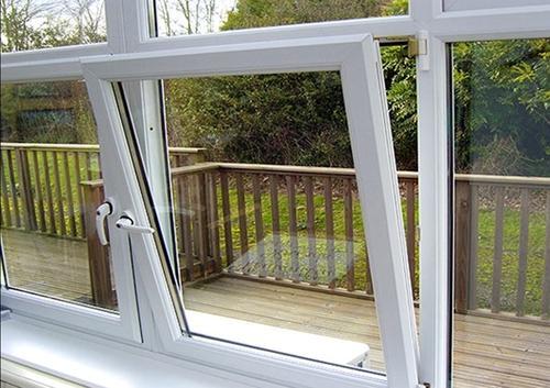 این نوع از درب و پنجرههای دو جداره مدل بالا بازشو هستند.