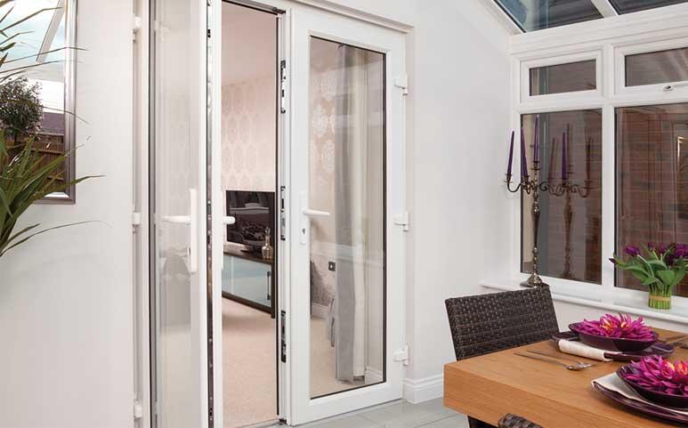 پنجرههای یو پی وی سی فرانسوی به پنجرههای دو لنگه باز شو هم شهرت دارند. این نوع از پنجرهها در دو محور عمودی در مقابل همدیگر باز میشوند.