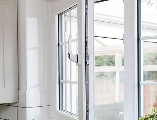 این پنجرهها که به سمت داخل و یا بیرون باز میشوند و یا از پایین به بالا باز و بسته میشوند.