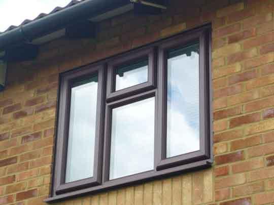 دربها و پنجرههای دو جداره در برابر اشعه نور خورشید تغییر رنگ نمیدهد و رنگ آن ثابت است.