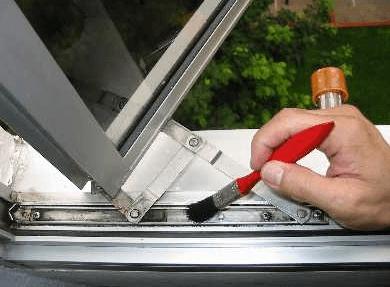 در اکثر دربها و پنجرههای دو جداره یو پی وی سی شیارهای تعبیه شده است، که در صورت بارش باران، میتوان با استفاده از این شیارها آب را به بیرون هدایت کند.