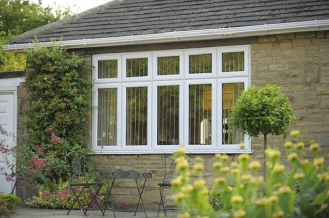پنجرهها و دربهای دو جداره به دلیل برخورداری از دو جداره با فاصله تعیین شده از هم و همچنین خصوصیات و ویژگیهایی که دارد، میتواند در برابر سر و صدا عایق بسیار مناسب و خوبی باشد.
