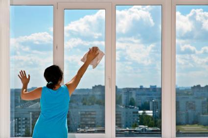 با یک پارچه اقدام به تمیز کردن درب و پنجره یو پی وی سی کنید.